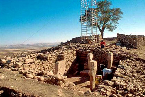 http://thelivingmoon.com/43ancients/04images/Turkey/Gobekli/gobekli_tepe02_01.jpg